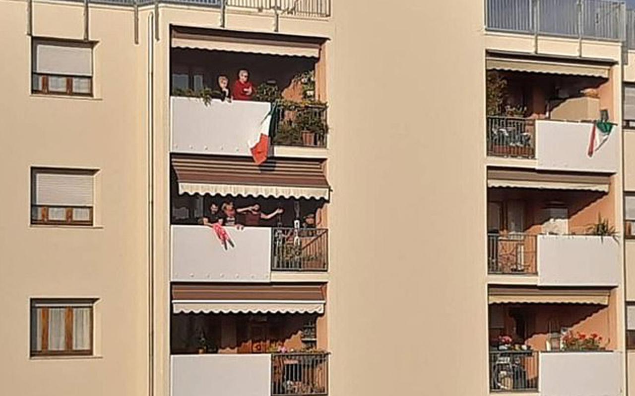 Karantinada balkondan balkona aşk yaşadılar! Evleniyorlar