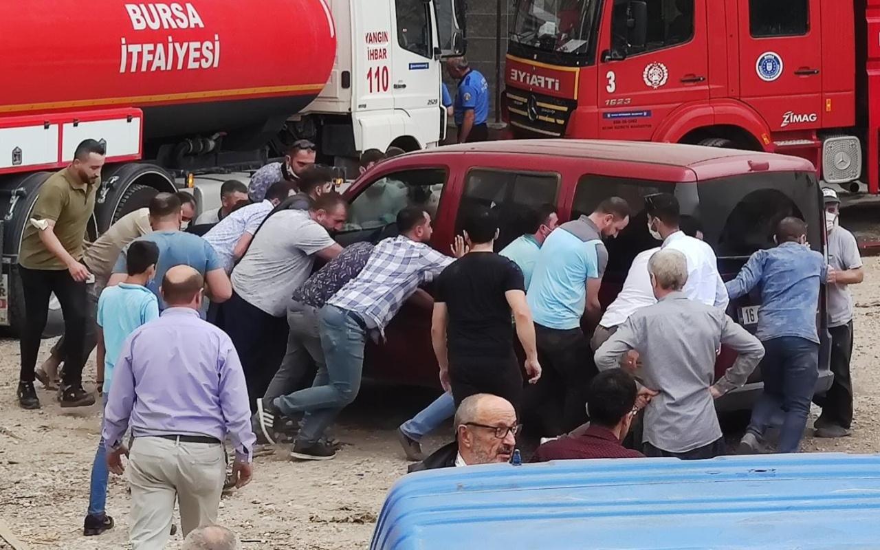Bursa'da itfaiye aracını engelleyen araçlar vatandaşlarca çekildi