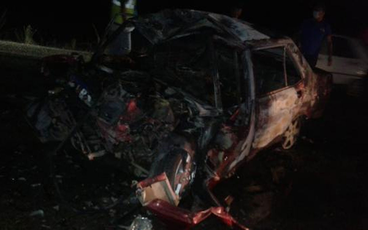 Adana'da TIR'a çarpan otomobil alev alev yandı! 3 kişi öldü