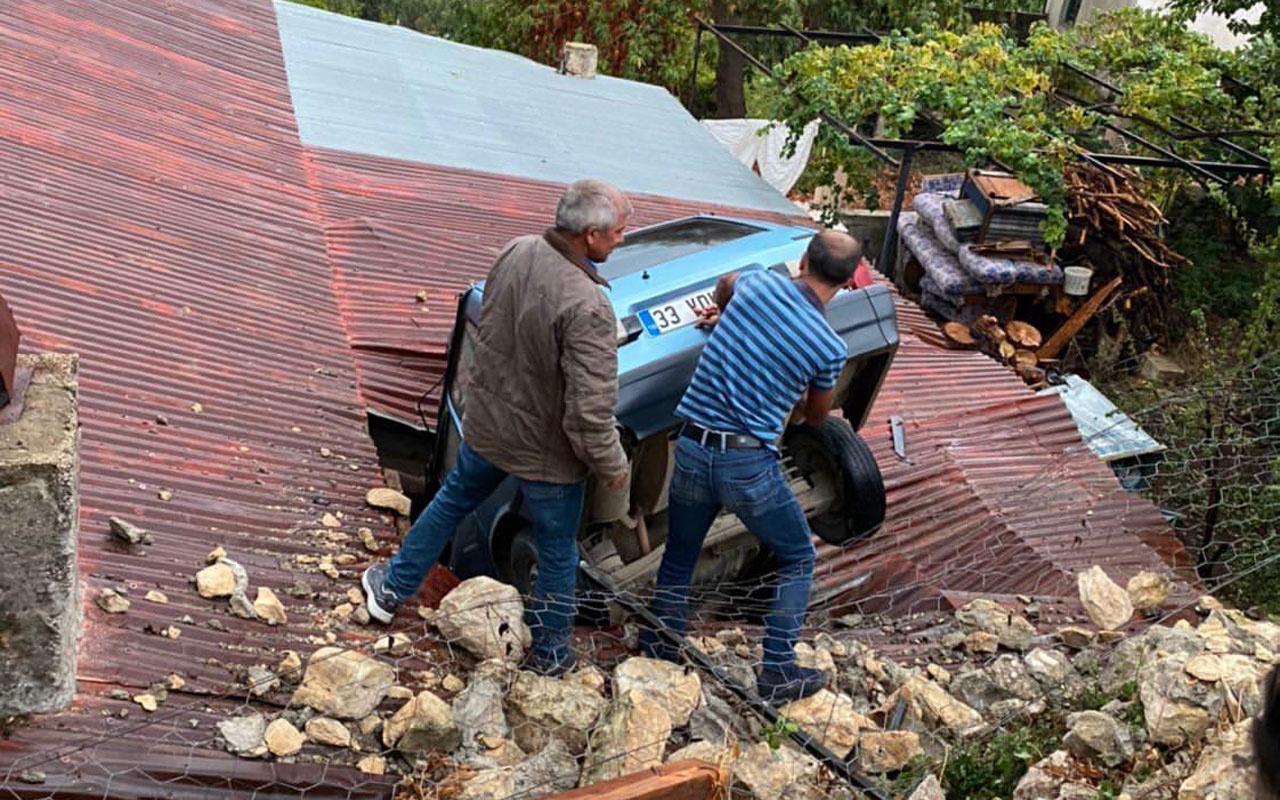 Mersin'de kontrolden çıkan otomobil evin çatısına düştü