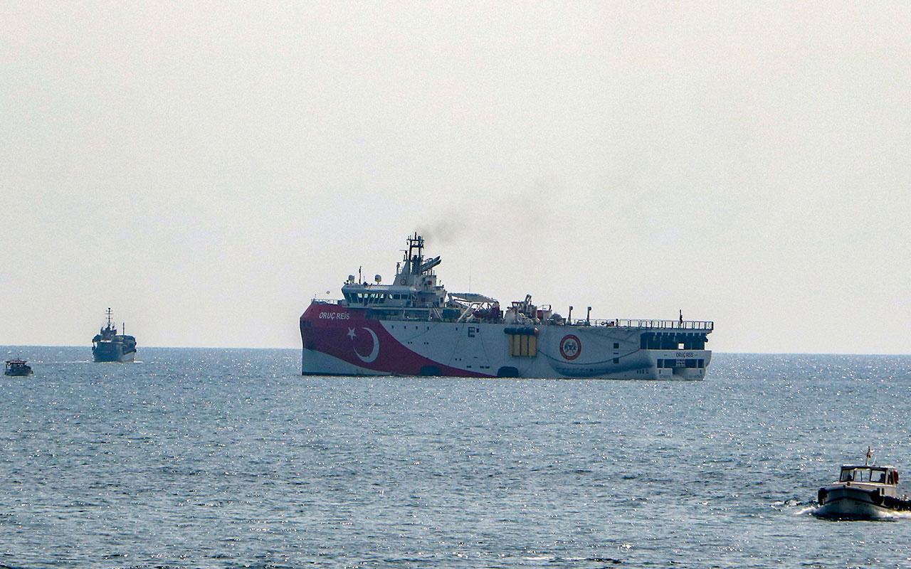 OruçReisgemisi Antalya Limanı'ndan ayrılarak açığa demirledi