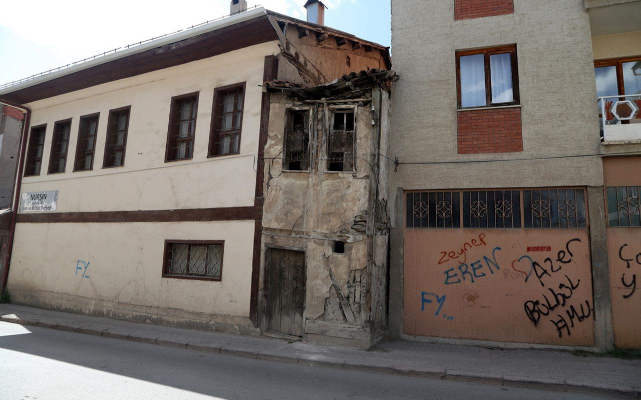 Sivas'ta 2 metre genişliğindeki 2 katlı bina dikkati çekiyor