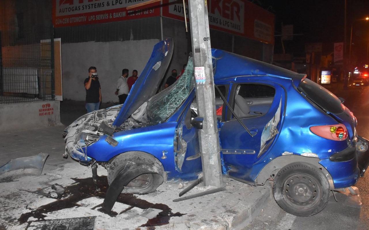 İzmir'de kadın sürücü otomobiliyle aydınlatma direğine çarptı