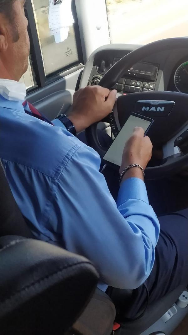 Yolcu otobüsü şoförü pes dedirtti! Cep telefonuyla oynayıp çekirdek çitledi