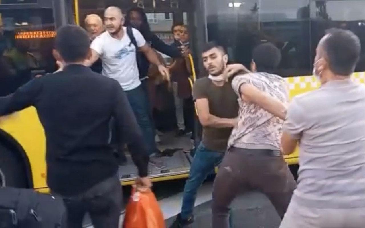 Metrobüs durağında 'kız arkadaşıma baktın' kavgası tekme tokat kavga kamerada