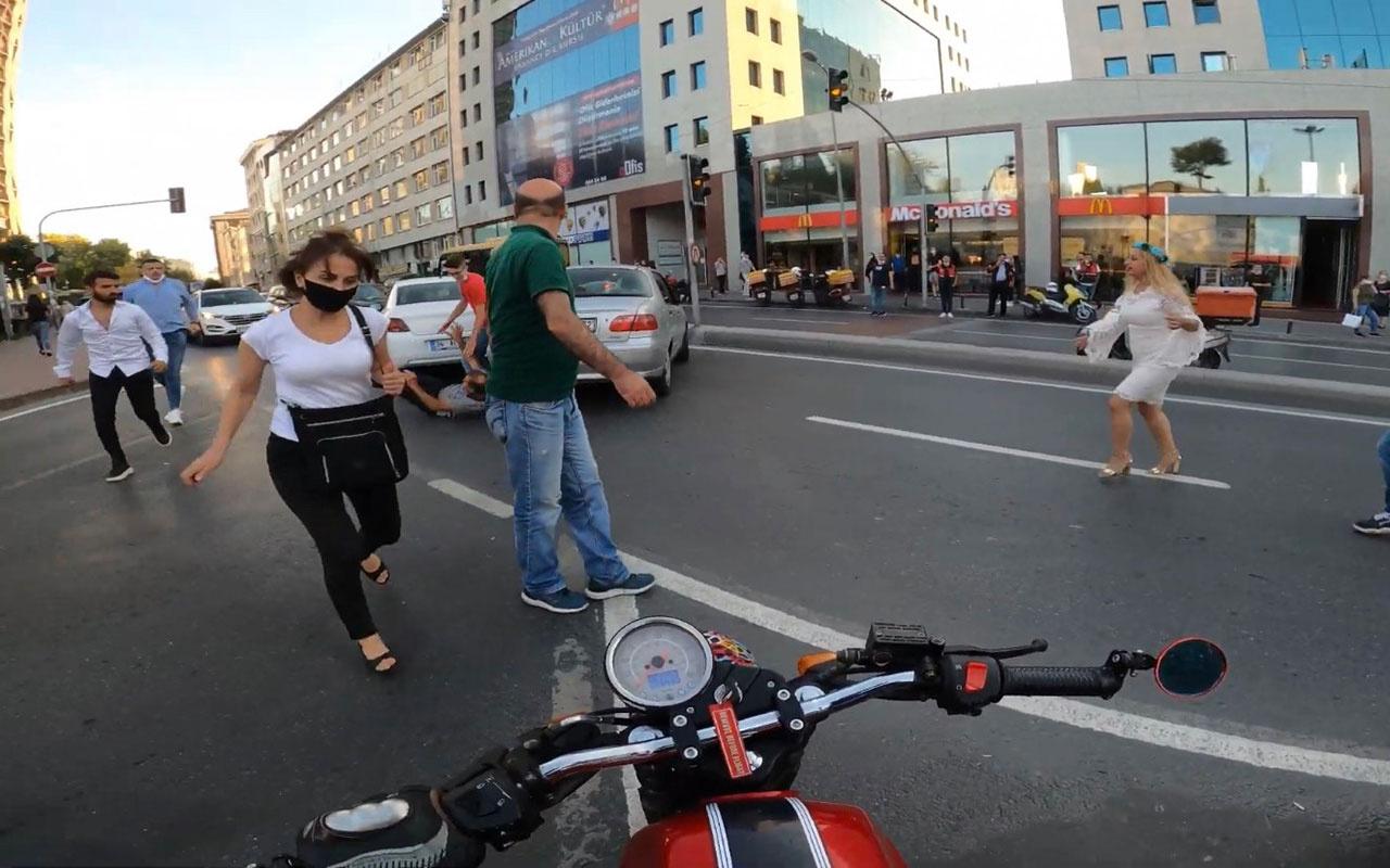 İstanbul'un göbeğinde yol ortasında birbirlerine girdiler! O anlar kameraya takıldı
