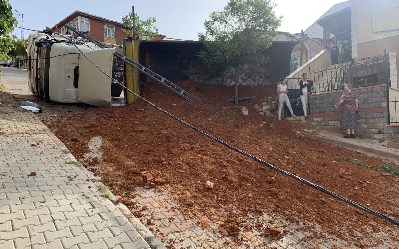 Sancaktepe'de hafriyat kamyonu toprak boşaltırken devrildi