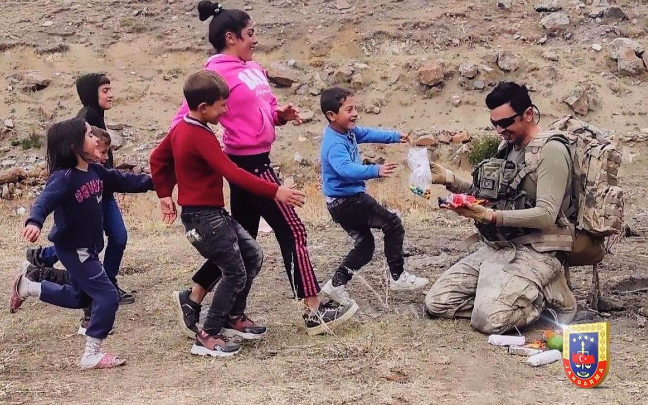 Mehmetçik çantasındaki kumanyasını çocuklarla paylaştı yüzleri bakın nasıl güldü