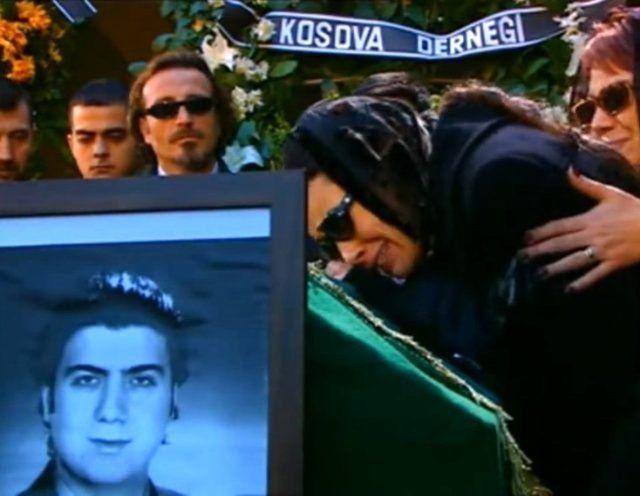 Özgü Namal eşi Serdar Oral'ın cenazesine çelenk gönderdi bakın ne yazdı acı tesadüf