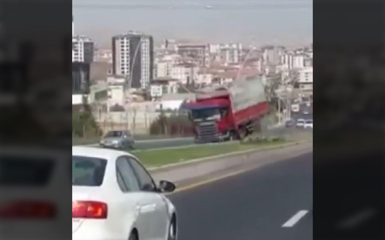 Ankara'da freni boşalan kamyon trafikte 2 kilometre geri gitti