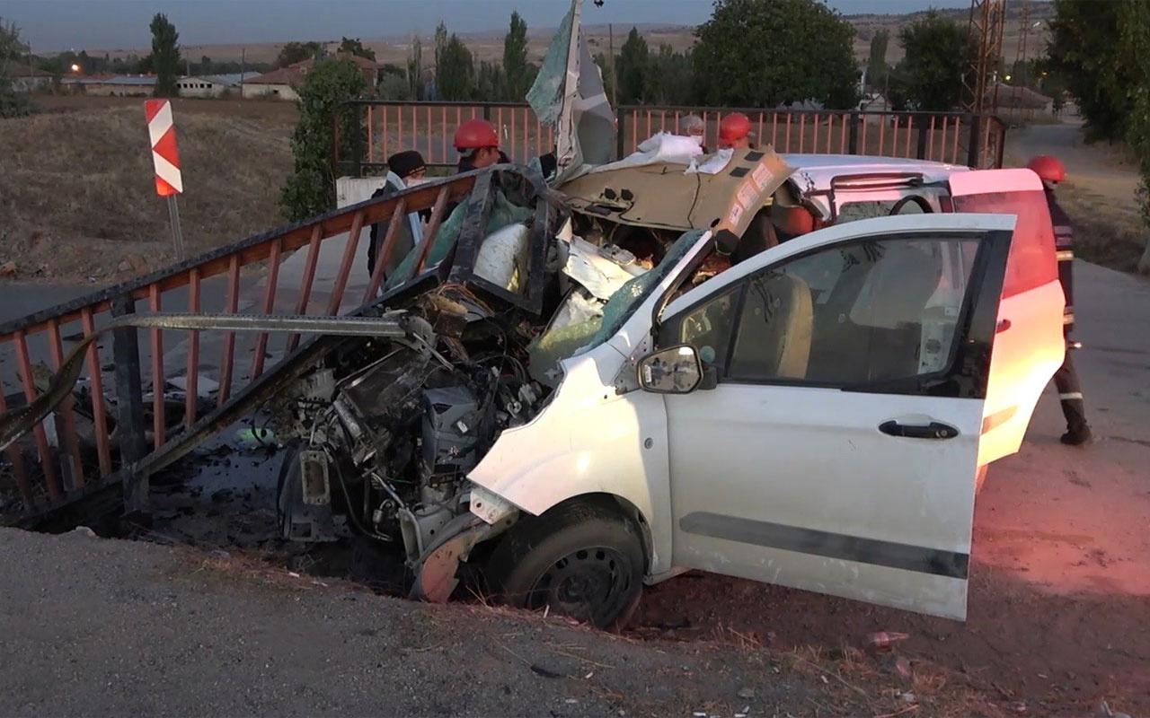 Kırıkkale'de feci kaza araç demir korkuluğa saplandı 1 ölü 2 yaralı