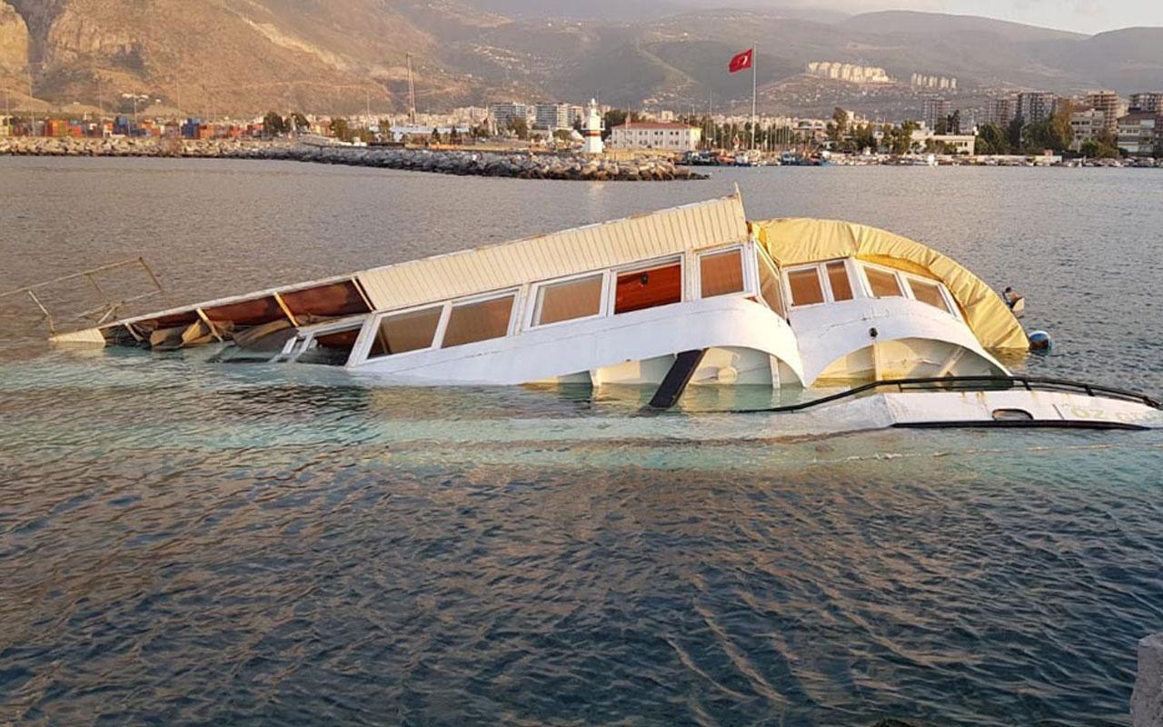 İskenderun'da balıkçı barınağındaki tekne su alıp yan yattı