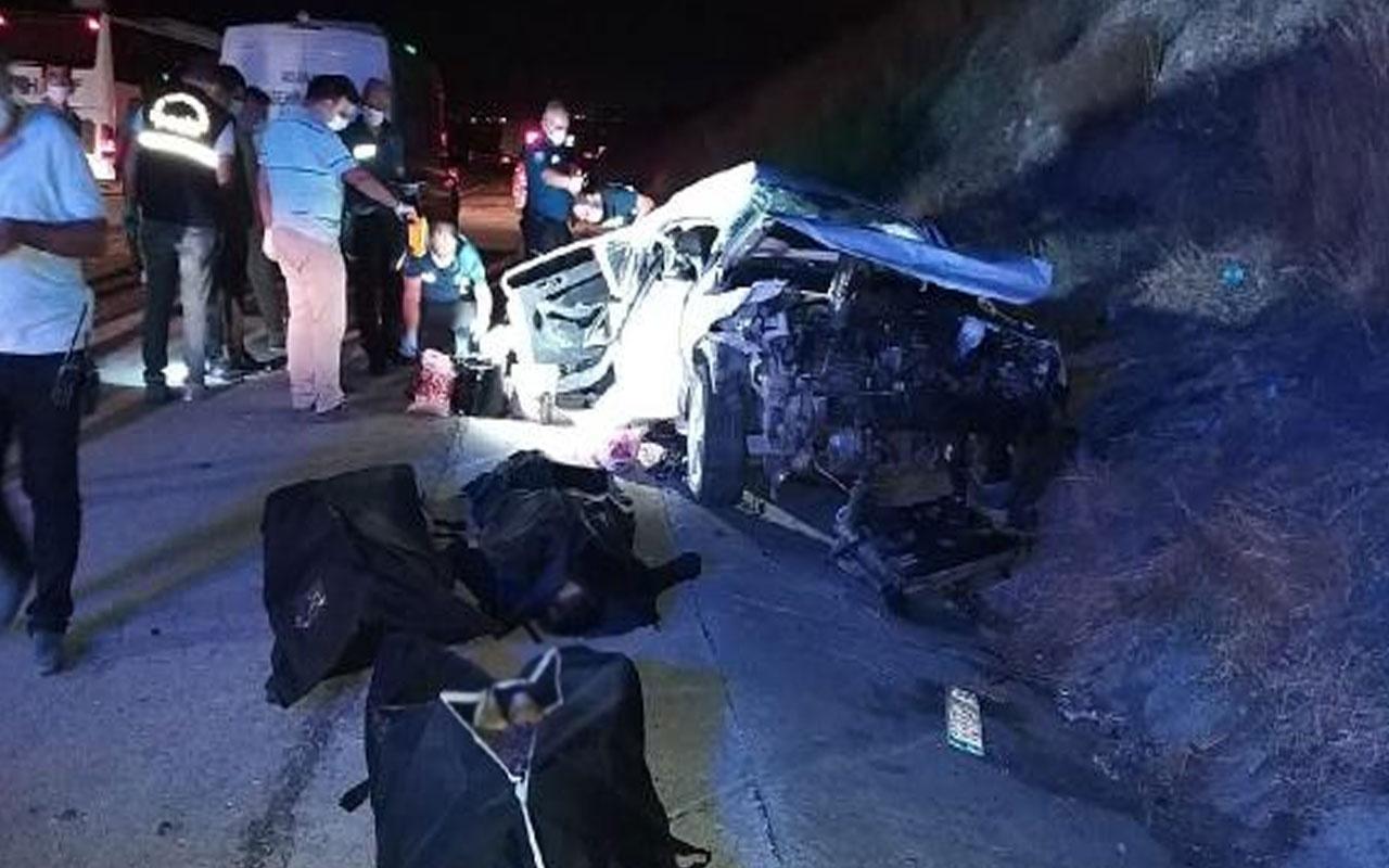 Adana'da hafif ticari araç ile otomobil çarpıştı! 4 kişi hayatını kaybetti