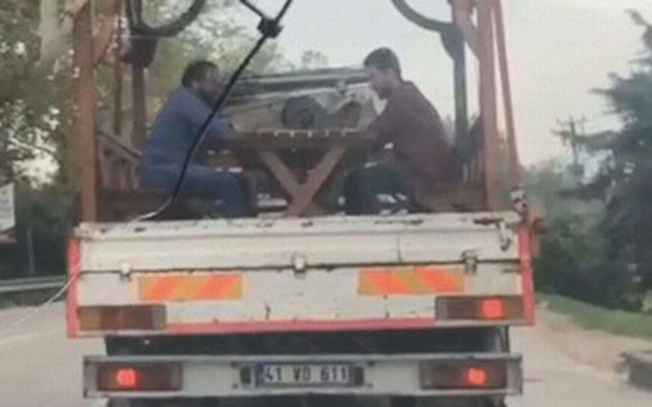 Bursa'da seyir halindeki kamyonetin kasasında tavla keyfi