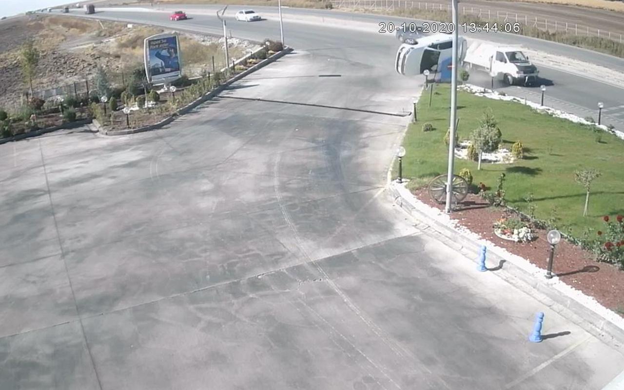 Konya'da kamyonet ile çarpışan otomobilin takla attığı anlar kamerada