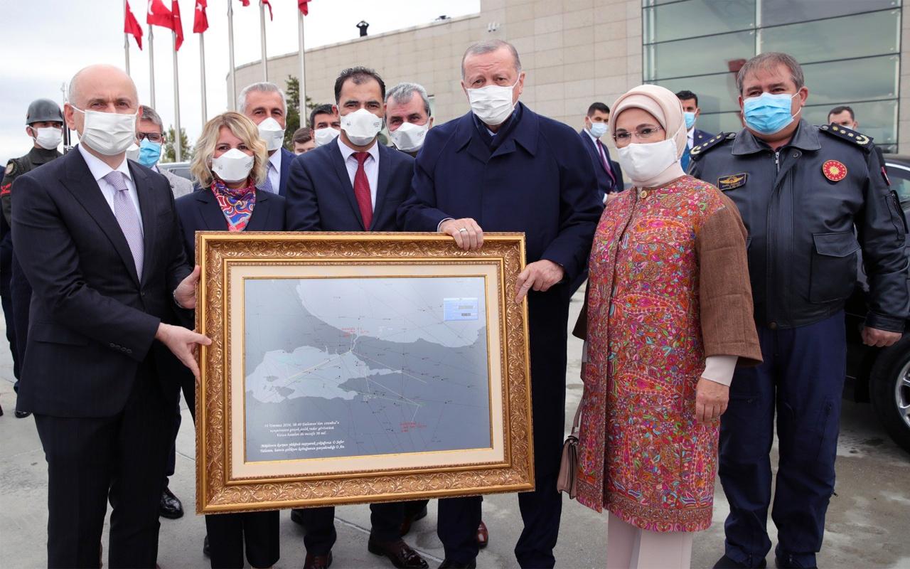 Bakan Karaismailoğlu Cumhurbaşkanı Erdoğan'a 15 Temmuz gecesinin radar haritasını hediye etti