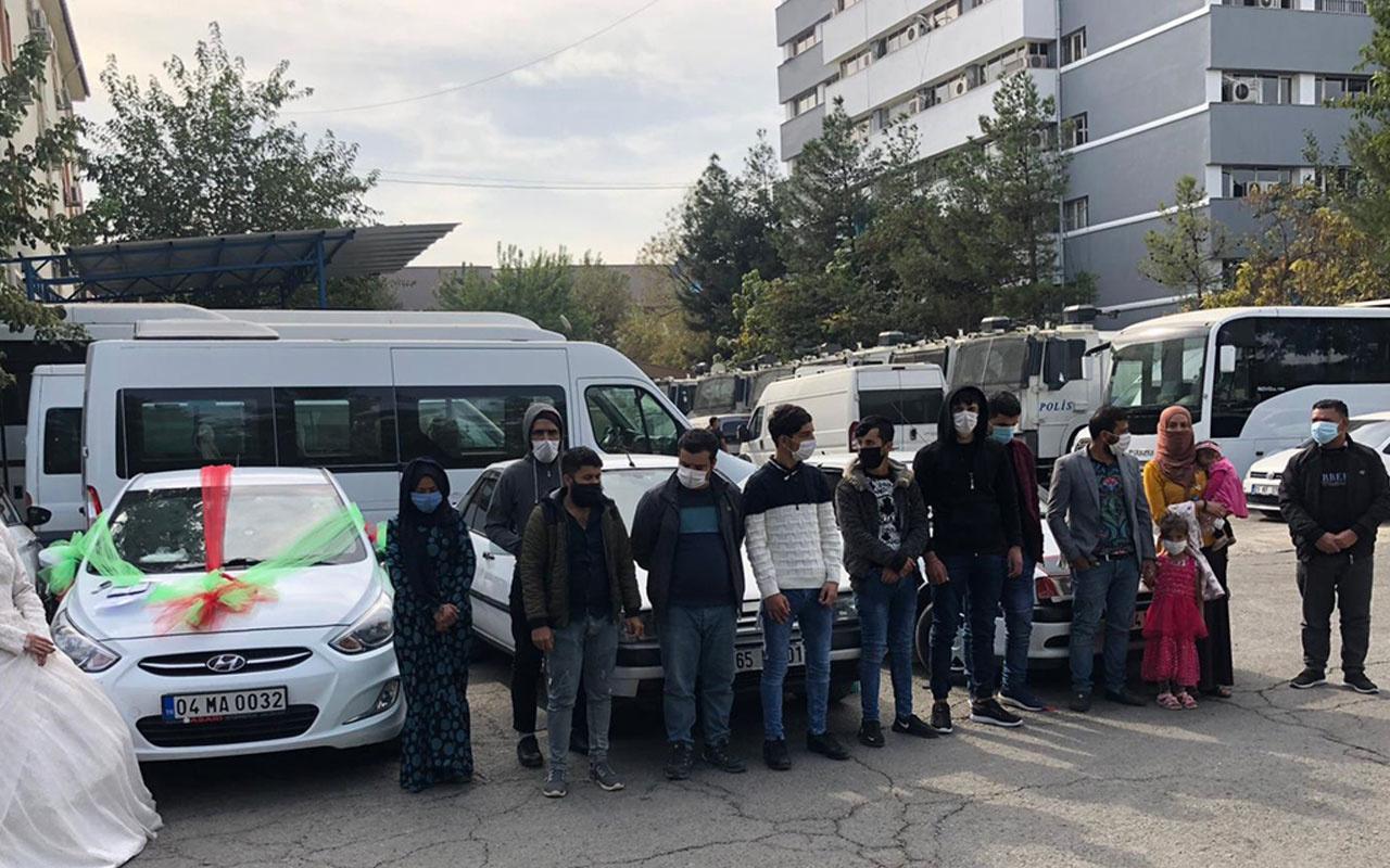 Batman'da düğün konvoyu gibi süslenen 3 araçta 16 göçmen yakalandı