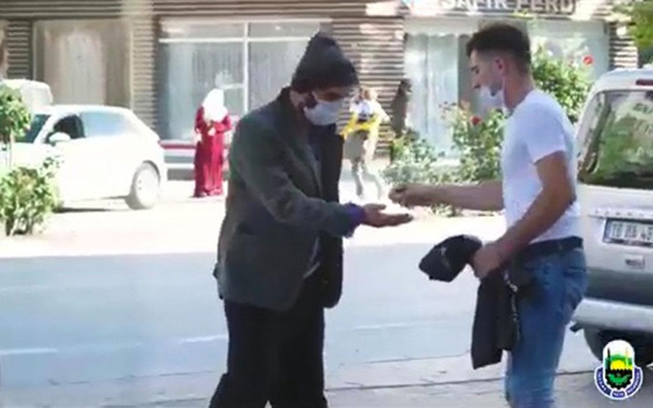 Tiyatro oyuncusu dilenci kılığına girdi 1 saate kazandığı paraya bak!