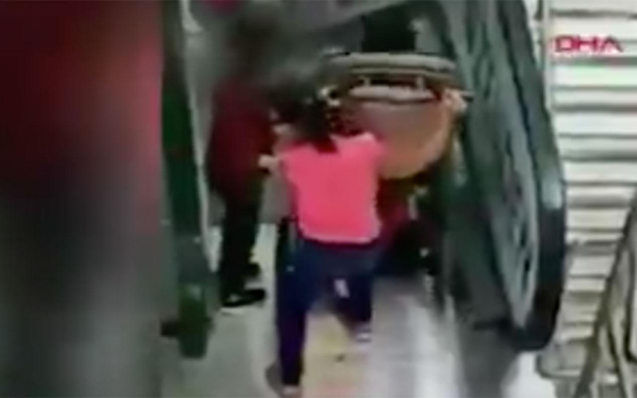 Sorumsuz annenin yaptığına bak! Yürüyen merdivende görünür kaza tepki yağdı