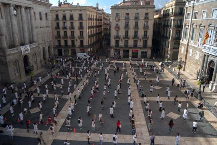 İspanya'da görüşmemiş protesto! Sağlık çalışanları soyundu