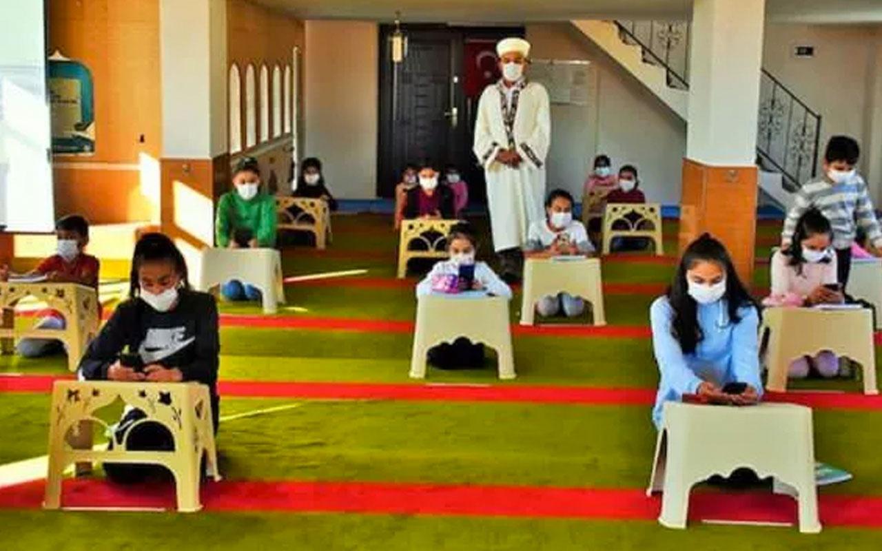 Muş'ta evinde internet olmayan öğrenciler için camiyi sınıfa çeviren imam