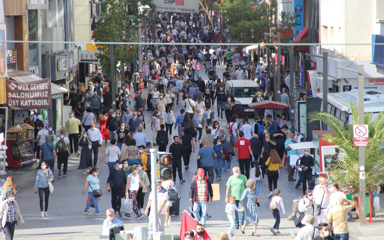 Vaka sayısının yükselişe geçtiği İzmir'de ürküten kalabalık