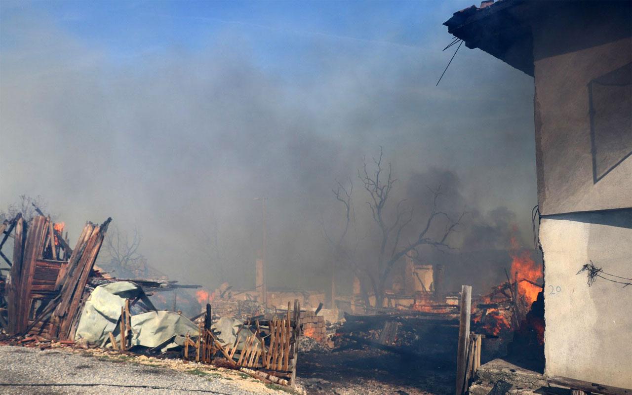 Bolu'da büyük panik! Bir evde çıkan yangın çevredeki evlere sıçradı
