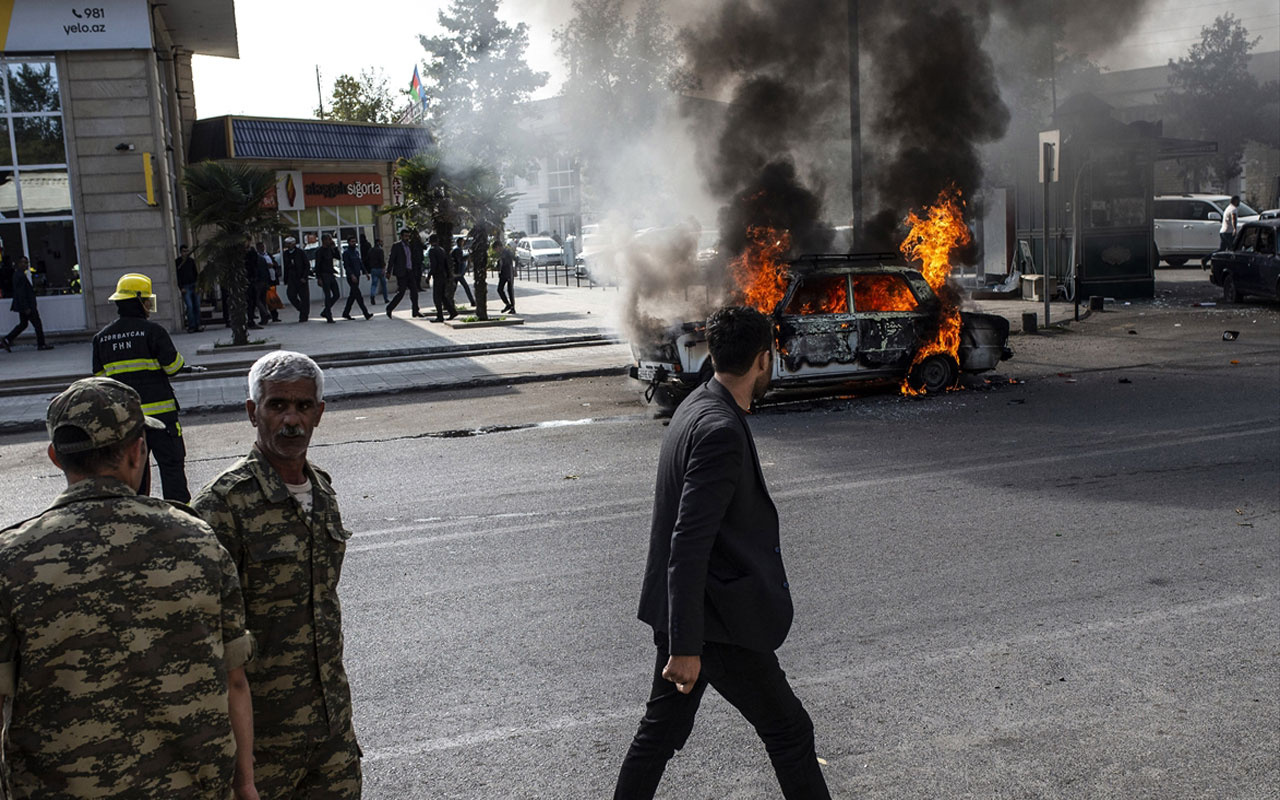 Ermenistan'dan Berde'ye yeni saldırı! Dükkanlar ve araçlar yanıyor