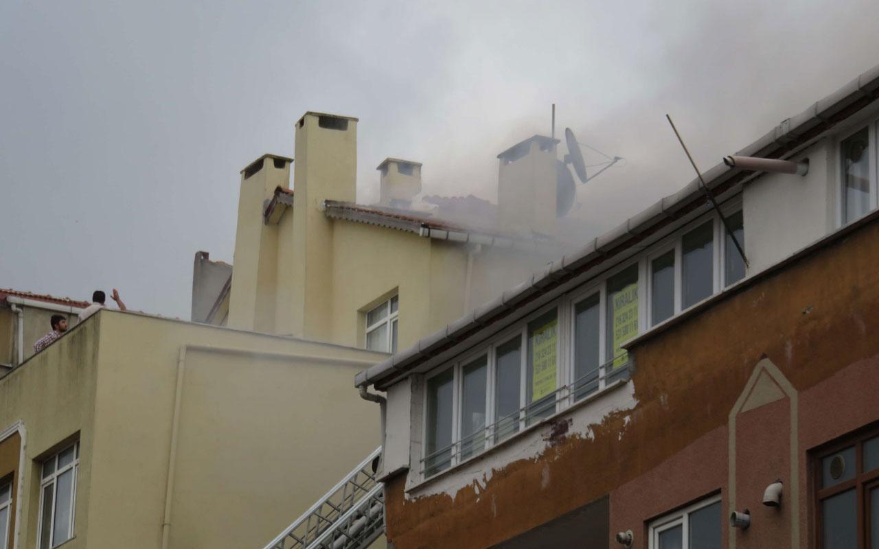 Ataşehir'de 3 katlı binanın çatısı alev alev yandı