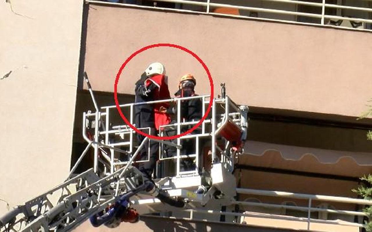İzmir'de alkışlanacak hareket! Kurtarma ekibi yan yatan binadaki Türk bayrağını öpüp katlayarak indirdi