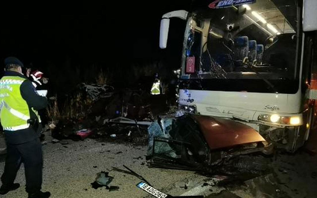 Bursa'da feci kaza!İkiye bölünen otomobilden yola fırlayan 2 kişi öldü