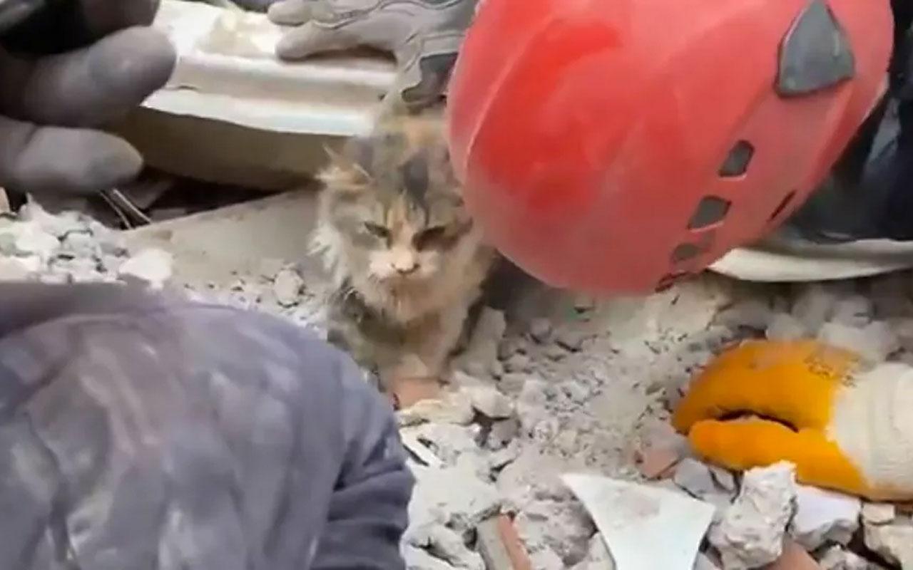 İzmir depremi! Rıza Bey Apartmanı enkazından 4 can daha kurtarıldı