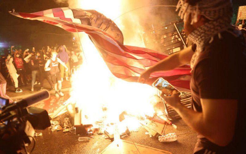 ABD'de seçim sonuçları netleşmeden sokaklar karıştı! Trump ve Biden destekçileri birbirine girdi
