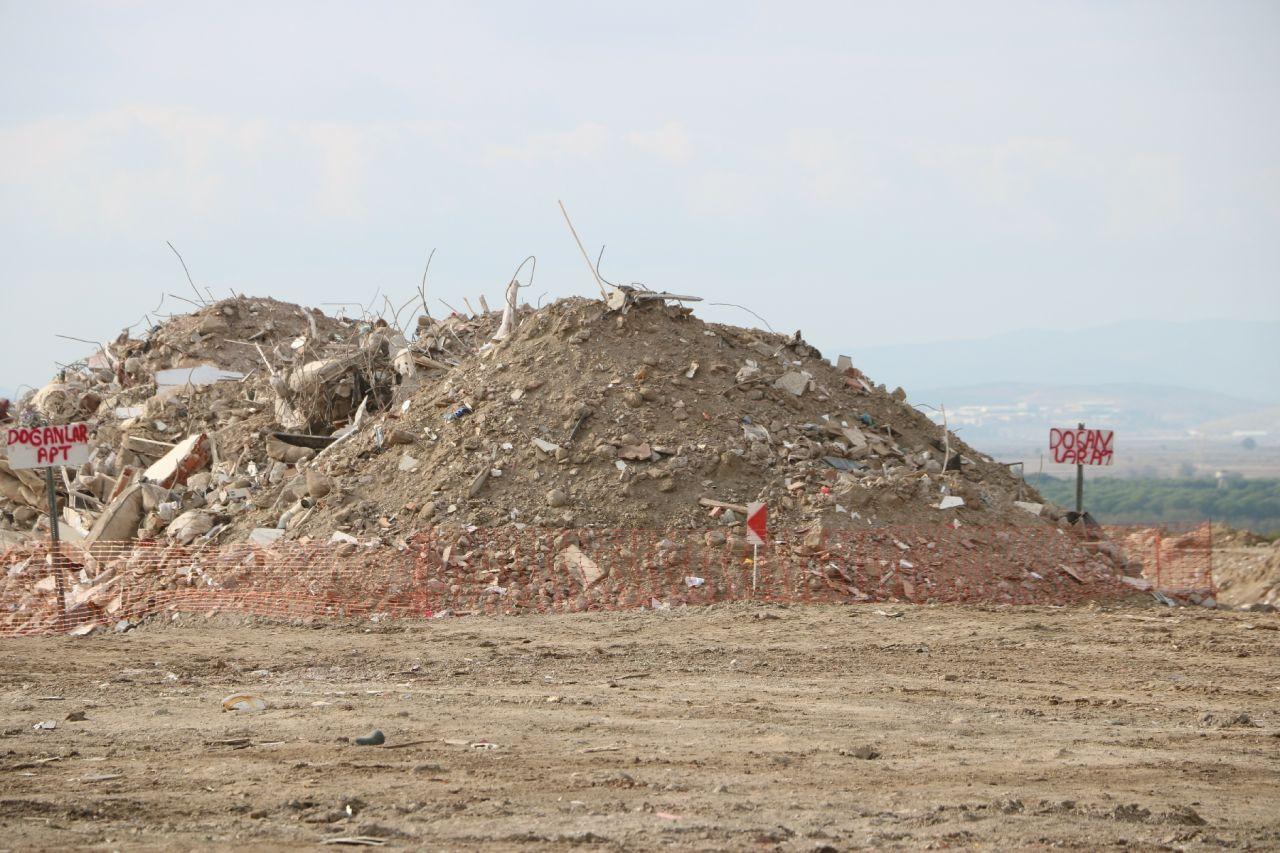 Bu moloz yığınları İzmir depreminde 114 kişiye mezar oldu