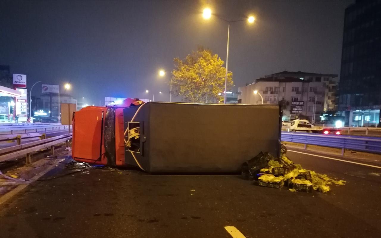 Kocaeli'de feci kaza! Kamyon bariyerlere çarpıp devrildi