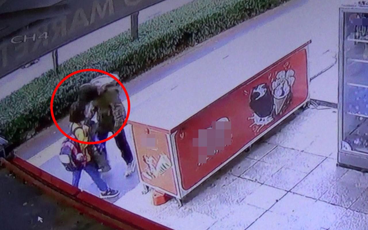 Diyarbakır'da kız öğrencinin karşısında durup yüzüne hapşırdı! İşte tepki çeken görüntü