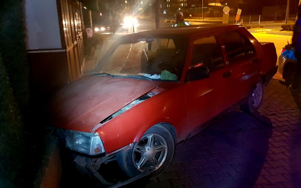 Bursa'da otomobil okul duvarına çarparak durdu: 2 kişi yaralandı