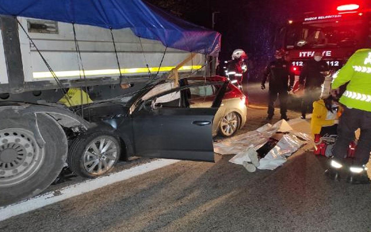Düzce'de otomobil TIR'ın altına girdi: 1 ölü, 1 yaralı