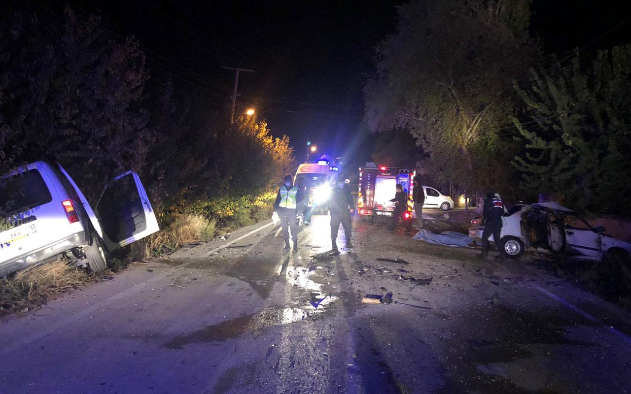 Antalya'da otomobil ile ticari araç çarpıştı: 3 ölü, 2 yaralı