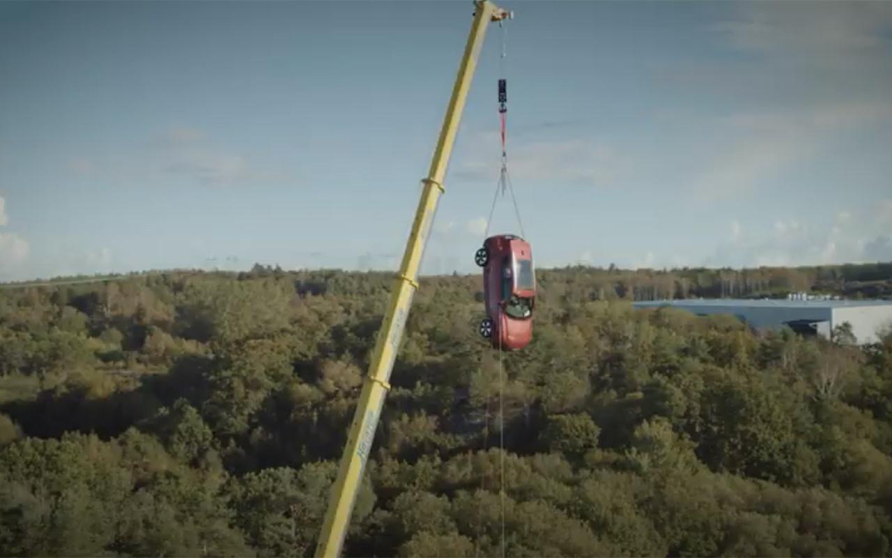 Volvo 10 yeni aracı 30 metreden aşağı attı