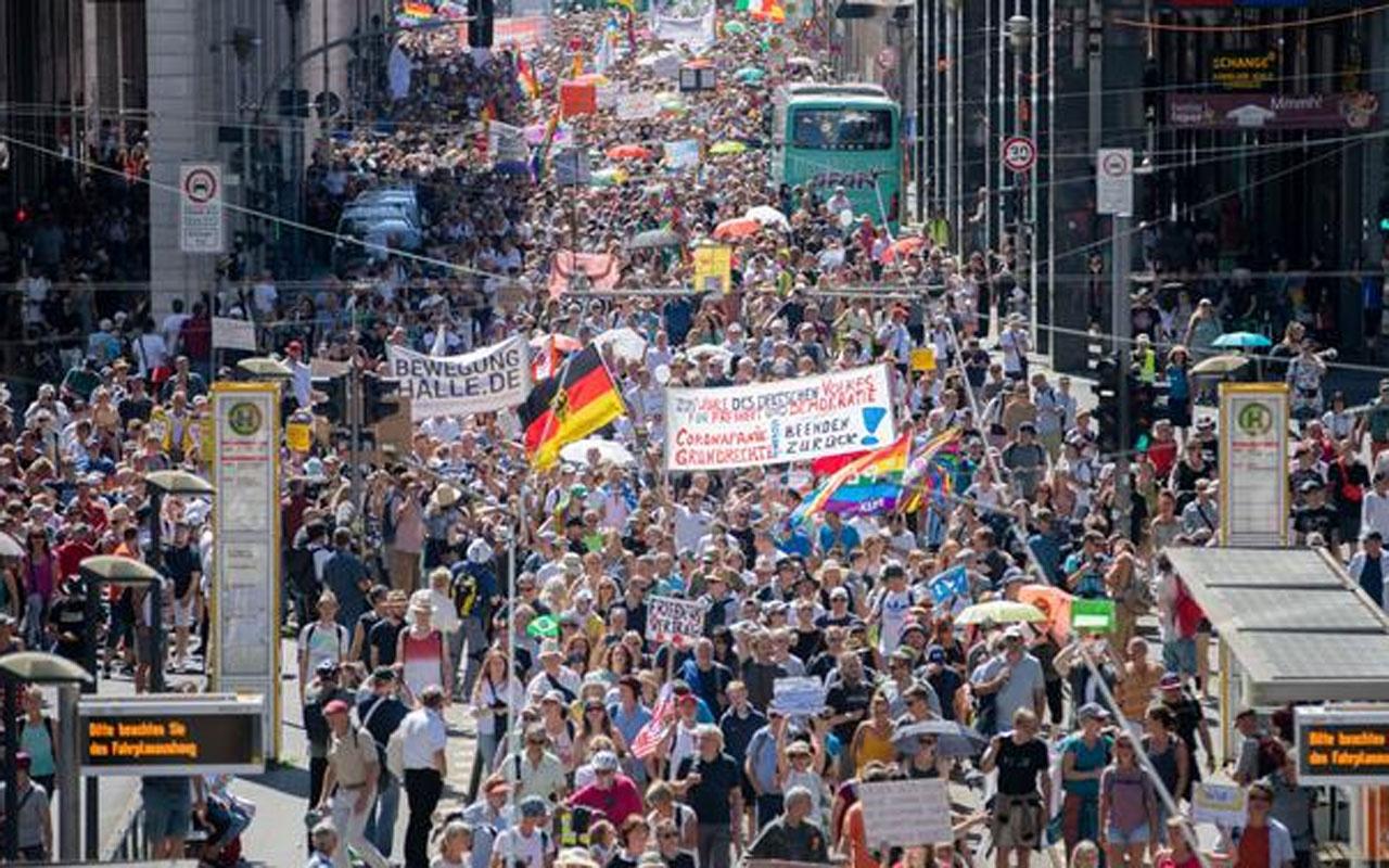 Berlin'de protesto! Koronavirüs yasakları Almanları sokağa döktü