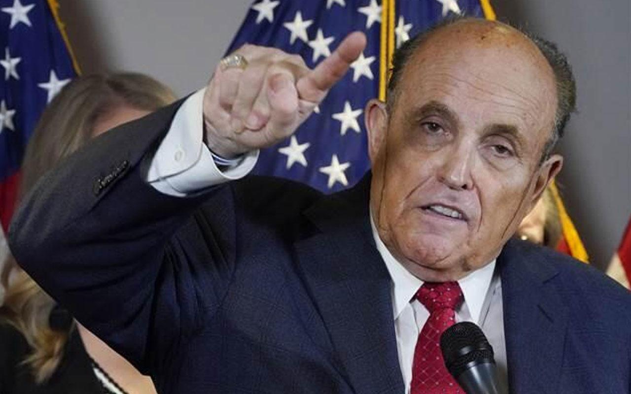 Trump'ın avukatı Rudy Giuliani'nin basın toplantısında zor anları!