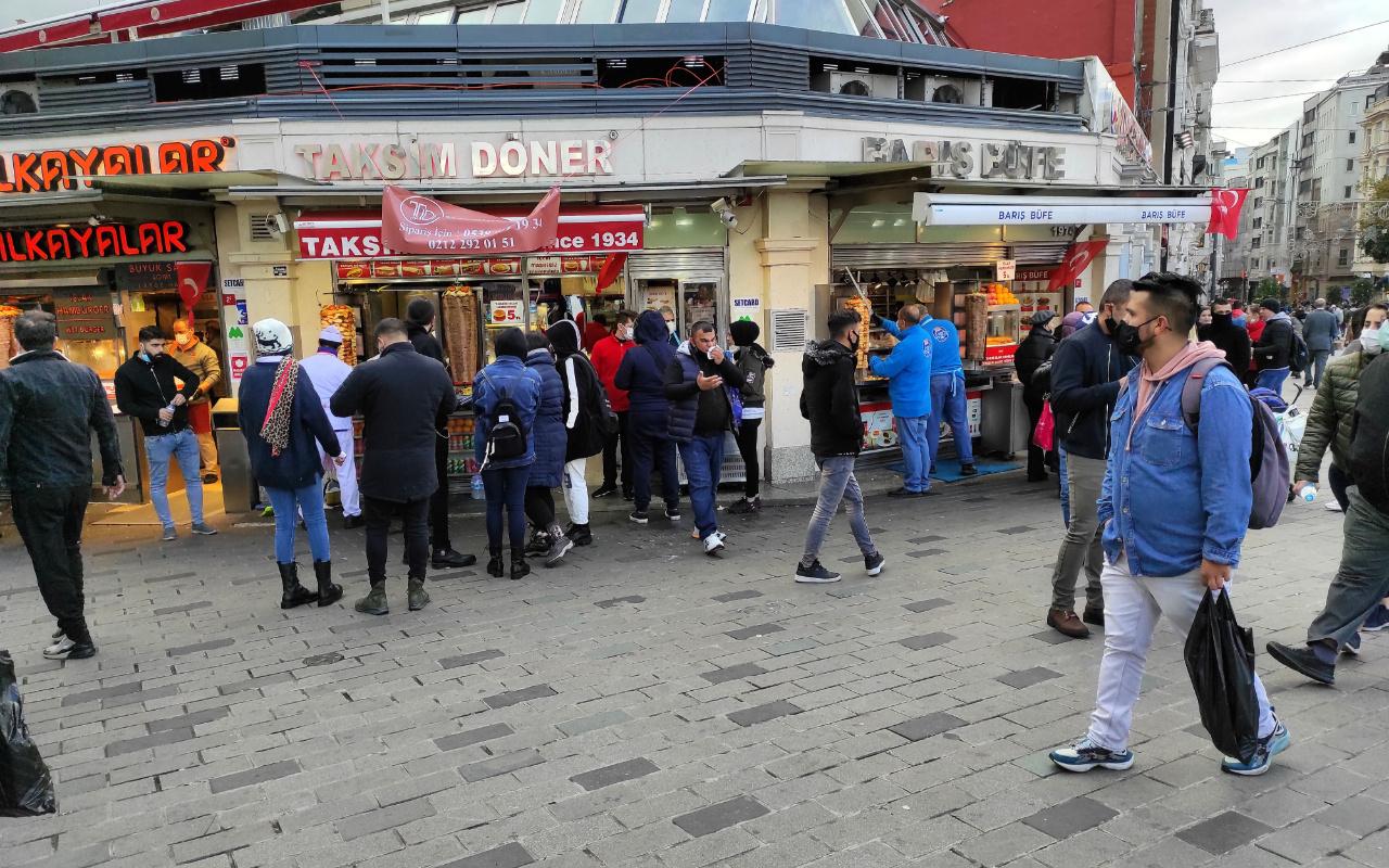 İstiklal Caddesi'nde yoğunluk, büfe önlerinde kuyruk oluştu