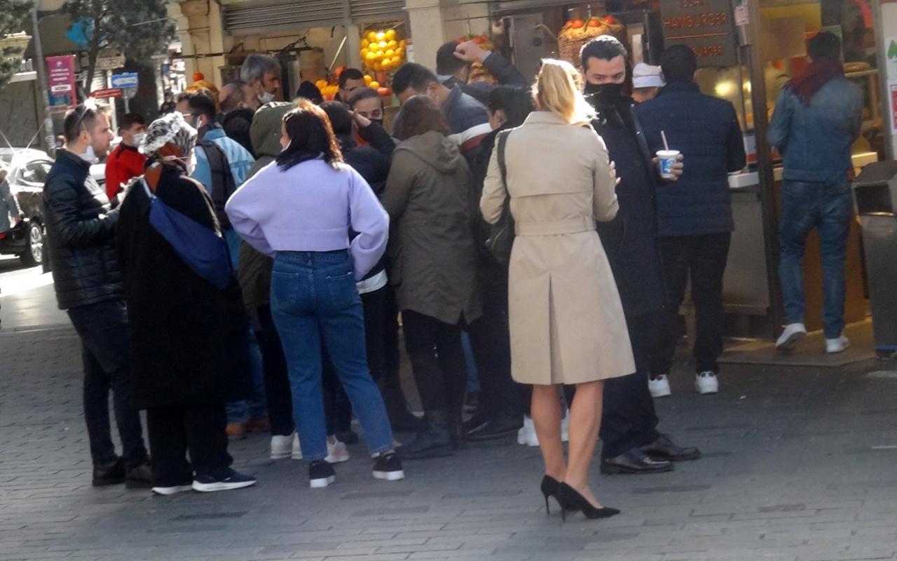 İstanbul İstiklal Caddesi'nde büfeler önünde yemek yeme yoğunluğu