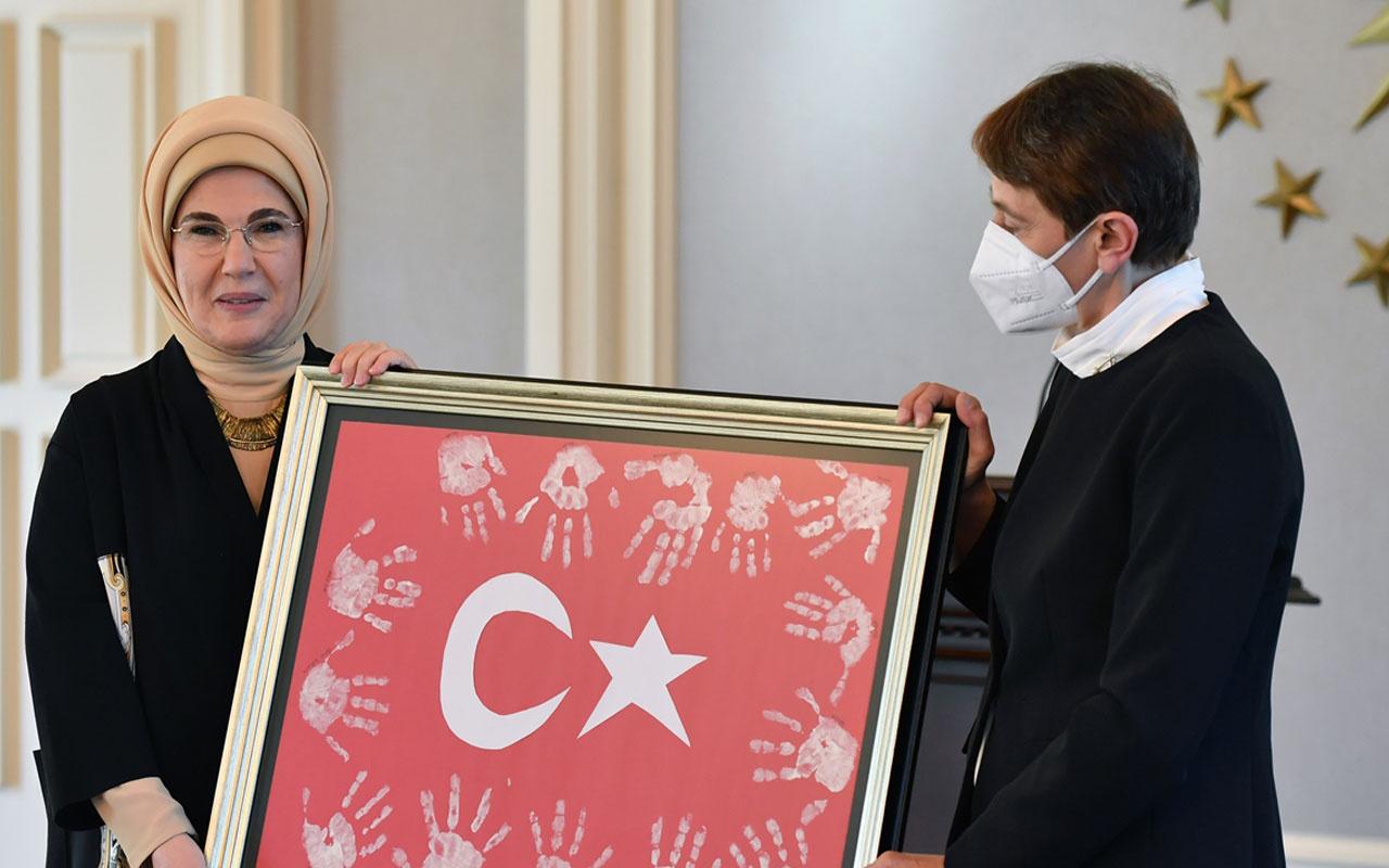 Emine Erdoğan öğretmenlerle bir araya geldi: Sizin omuzlarınız bir ülkenin geleceğini taşıyor