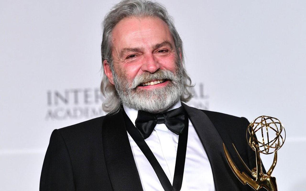 Haluk Bilginer 2020 Uluslararası Emmy Ödülleri'nde En İyi Erkek Oyuncu'yu anons etti