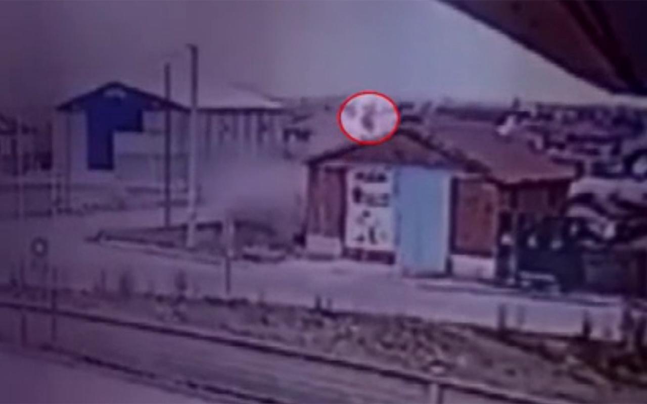 Konya'da takla atan araçtan savrulan sürücü evin çatısına uçtu