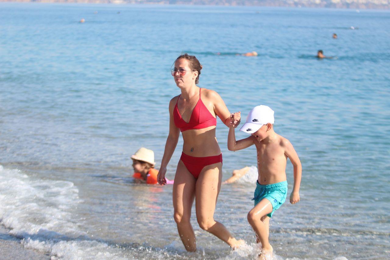 Antalya'da koronavirüs unutuldu! Kısıtlama kalktı vatandaşlar soluğu plajlarda aldı