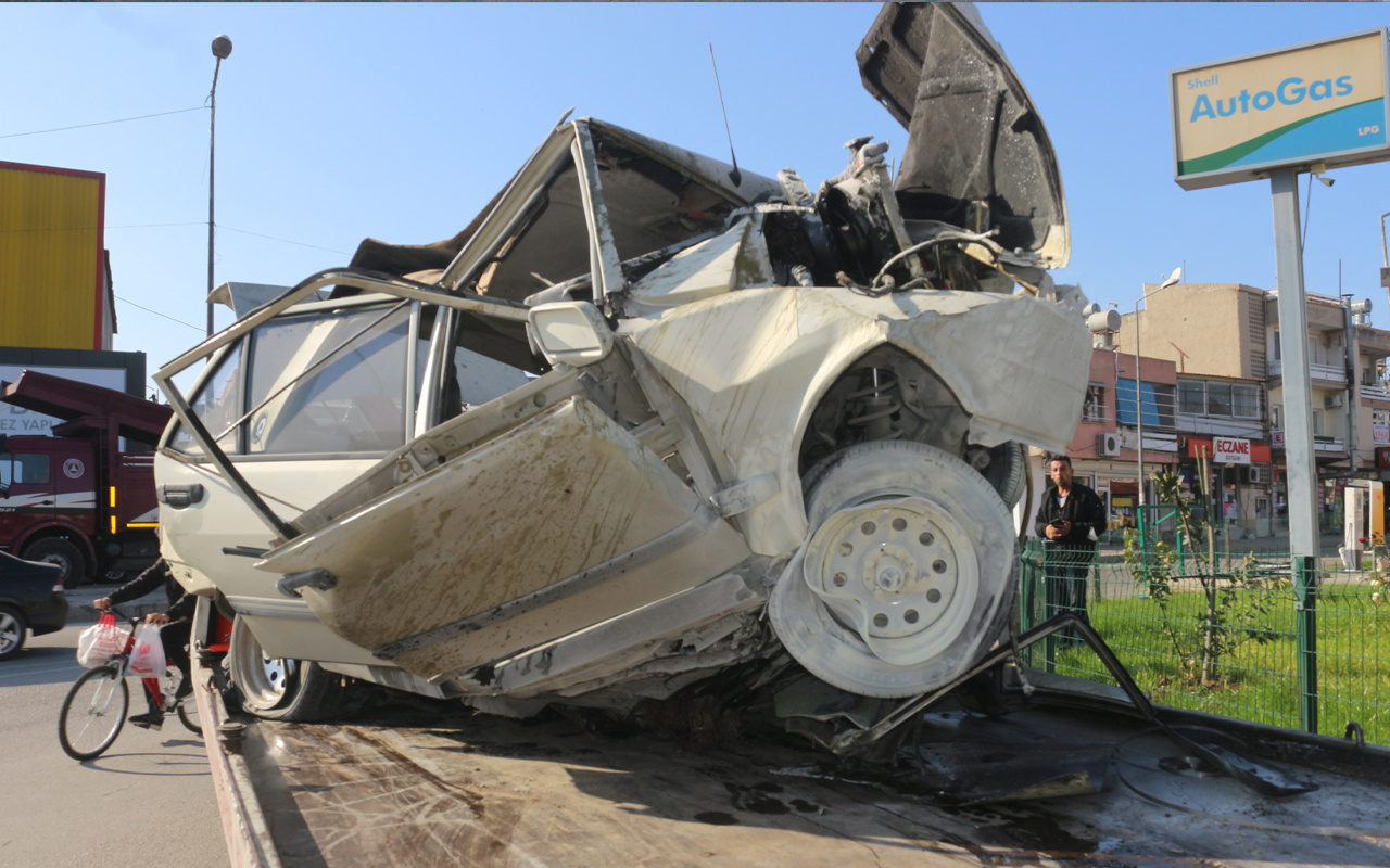 Adana'da feci kaza! Otomobil hurdaya döndü