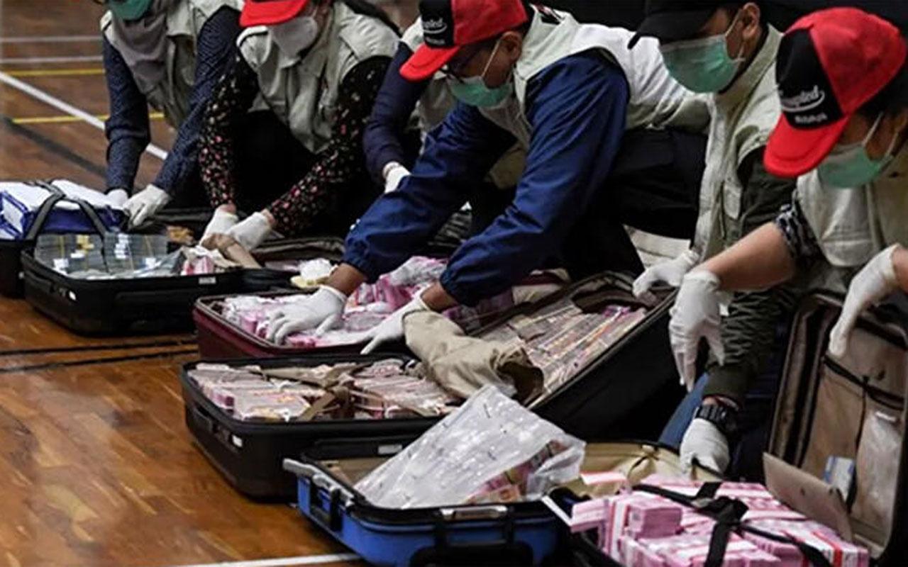 Endonezya'da skandal! Bakan bavullar dolusu parayla teslim oldu